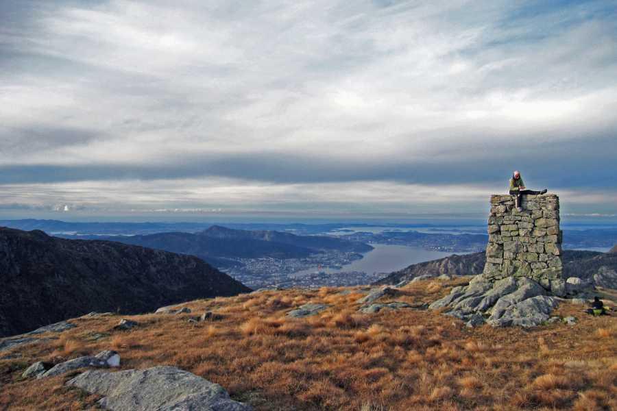Hike door de bergen rondom Bergen
