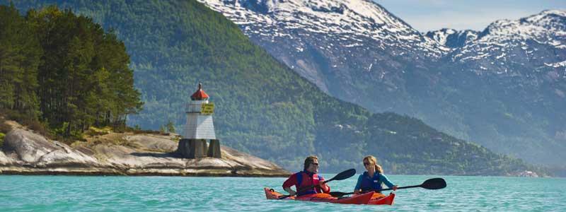 Kajakken op de fjord in Noorwegen, prima te doen tijdens een vakantie in corona-tijd